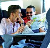 Pasajeros en tren reír y hablar — Foto de Stock