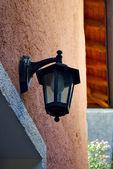 Lampe an pflanzen am haus der stadt auf dem berg-hügel genannt gandria, schweiz — Stockfoto