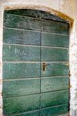 Porta da casa da cidade situada na colina de montanha chamada gandria, suíça — Foto Stock