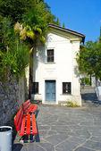 房子有两个红色长凳上 gandria,瑞士 — 图库照片