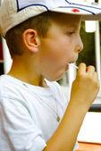 Маленький мальчик с Бонбон — Стоковое фото