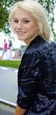 Garota linda loira modelo caucasiano senta-se no banco — Fotografia Stock
