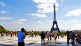 Marcher sur la place du trocadéro près de la tour eiffel — Photo