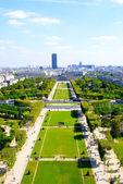 Visa från eiffeltornet på trädgården där turister ta bilder — Stockfoto