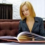 Business girl reads very huge menu — Stock Photo