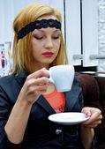 Fille boit du café — Photo