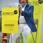 Italian writer Gino Buscaglia reads his story — Stock Photo