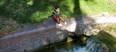 Linda chica española sobre la caída de agua mini — Foto de Stock