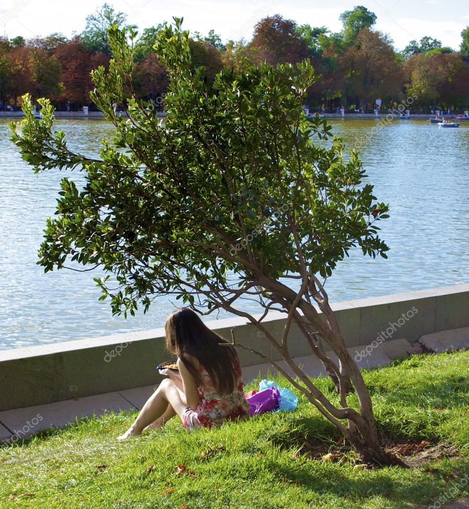 Une fille sous les arbres - Achat / Vente Une fille sous
