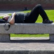 Man sleeps on the bench — Foto Stock