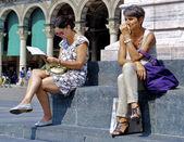 Woman reads — Stock Photo