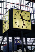 Orologio presso lo stazione ferroviaria zurigo hb, svizzera — Foto Stock