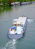 Barco sobre el río sena — Foto de Stock