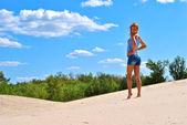 砂の上の美しい性的モデルの素敵なポーズ — ストック写真