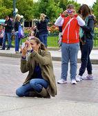 Woman takes photos — Stock Photo