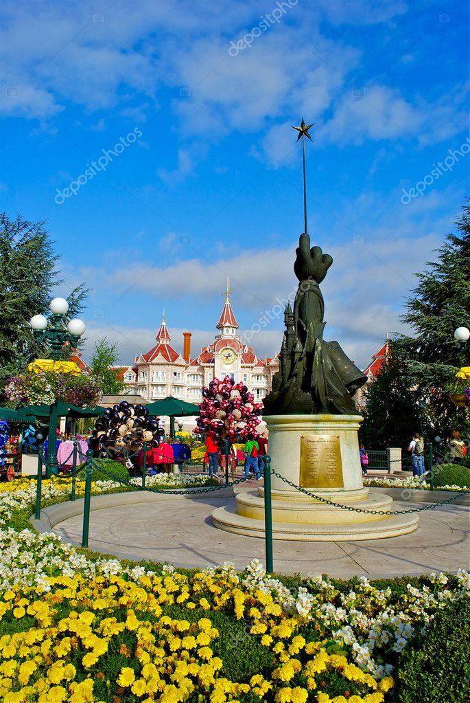 DISNEYLAND, PARIS, FRANCE: Walt Disney park celebrates 20 th anniversary in 2012 and brights with beautiful design and architecture — Stock Photo #13509096