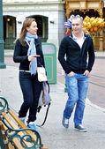 夫妇步行和讨论 — 图库照片