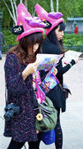 Two Asian girls try to find their way using the maps — Stock Photo