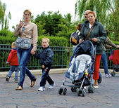 Familj i disneyland — Stockfoto