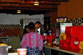 Werknemers in het restaurant in het disneyland — Stockfoto