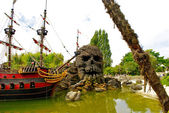 Skull rock and pirate ship — Stock Photo
