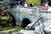 Walk on the stone bridge — Stock Photo