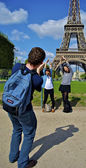 Tourist takes photos in front of the Eiffel tower — Stock Photo