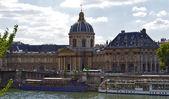 Lodě plující po proudu řeky za architekturu. francie — Stock fotografie