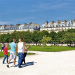 Walk in the Park near the Louvre museum in Paris — Stock Photo
