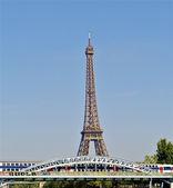 Eiffelturm in paris über die brücke — Stockfoto