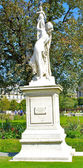 Monument dans le parc près du musée du louvre à paris — Photo