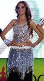 Brunette girl poses in a bright dress — Stockfoto