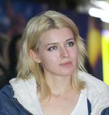 Fille blonde regarde attentivement — Photo