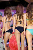 Three contestant girls poses in bikini fron behind — Stock Photo