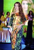 Brunette girl walks over the runway in a different color dress — Foto de Stock