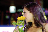 Contestant smells the flowers — Stock Photo