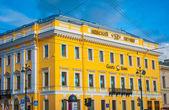 Edificio en la avenida nevskiy amarillo — Foto de Stock