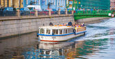 Tourist boat on the Griboedov channel — Stock Photo