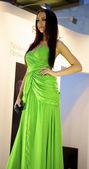 Krásná dívka pózy v zelené hedvábné šaty — Stock fotografie