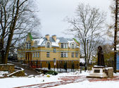 House and monument in winter in Russia — Stock Photo