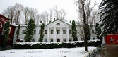 White building in winter in the center of Pechory, Russia — Stock Photo