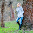Beautiful girl poses in the forest in autumn — Stockfoto