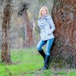 Beautiful girl poses in the forest in autumn — Stok fotoğraf