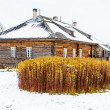 Wooden house in winter in Russia — Stockfoto