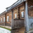 Wooden house in winter in Russia — ストック写真