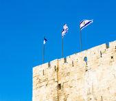 Izraelské vlajky na zdi v jeruzalém, izrael — Stock fotografie