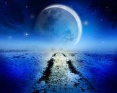 Noční krajina se silnicí, vedoucí k obzoru, kouzelné obrovský měsíc a hvězdná obloha. — Stock fotografie