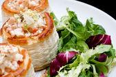 Ciasto francuskie nadziewane z pieczarkami i sałatka — Zdjęcie stockowe