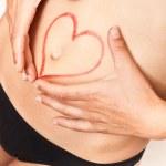 Chica con corazon dibujado en el vientre — Stock Photo