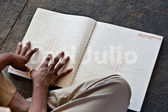 Blind man läser en bok — Stockfoto